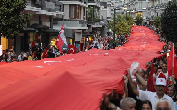 Bin 919 Metrelik Türk Bayraklı Demokrasi Yürüyüşü